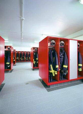 Feuerwehrschrank mit Wertfach und Spezialboden mit klappbarem Helmhalter