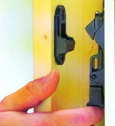 Türladenhalter mit Schrauben und Dübel